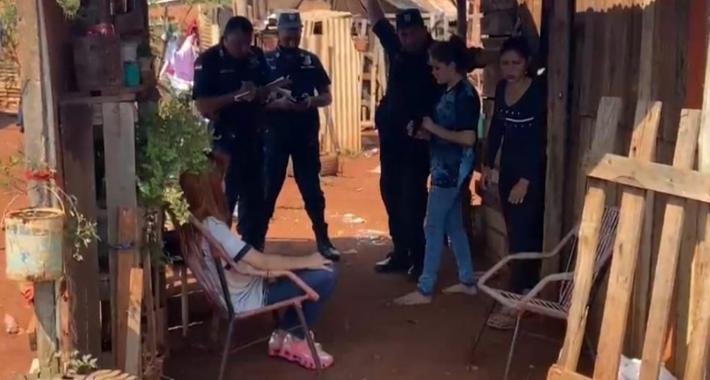 Policiais paraguaios ouvem adolescentes e moradora que as encontrou. Foto - Futura FM