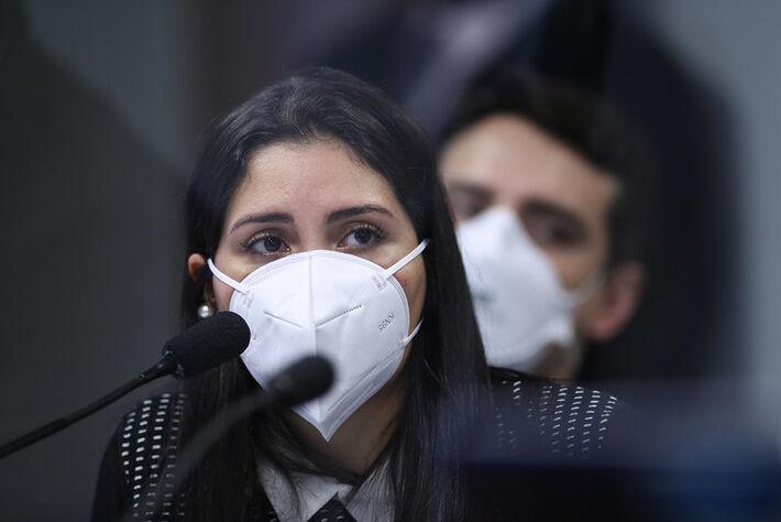 Em pronunciamento, à mesa, advogada representante dos médicos que trabalharam na Prevent Senior, Bruna Morato. Foto: Edilson Rodrigues/Agência Senado