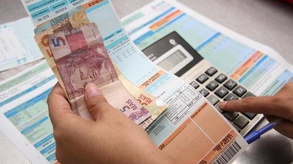 Dívidas com cartão lideram as contas em atraso dos brasileiros e atrasos na energia vem logo em segundo.