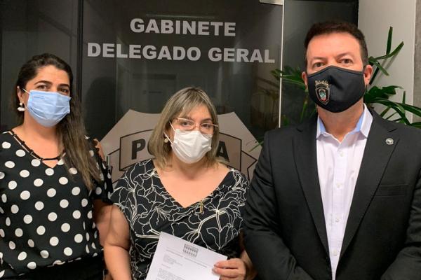 O delegado-geral da Polícia Civil de Mato Grosso do Sul, Adriano Garcia Geraldo (D) e delegada-geral adjunta, Rozeman Geise Rodrigues de Paula (E) e Rosimeire Costa. Foto: Reprodução