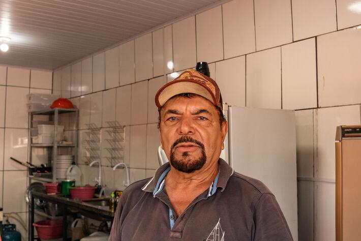 Esse é Patrício, um dia antes da inauguração, nas preparações finais para abrir as portas.  Foto: Tero Queiroz   MS Notícias
