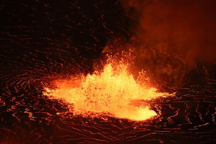 Uma imagem telefoto de uma das fontes baixas de lava perto do centro do crescente lago de lava Halema'uma'u. Foto: Reprodução