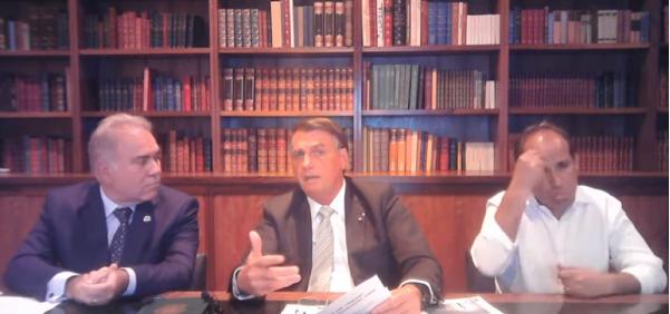 Secom compartilhou trecho da transmissão do presidente em que Queiroga mente, para respaldar a decisão de Bolsonaro de suspender vacinação de público mais novo.