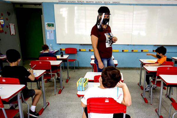 Professora paramentada em aula em meio a pandemia de Covid-19 no Brasil. Foto: Reprodução