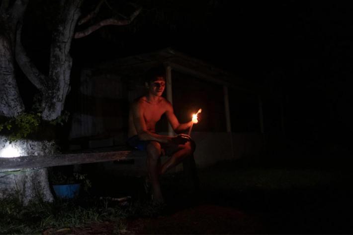 Morador de Mazagão Velho (AP) passa a noite à espera de energia, sofrendo com os mosquitos e à luz de velas. Foto: Repórter Brasil.