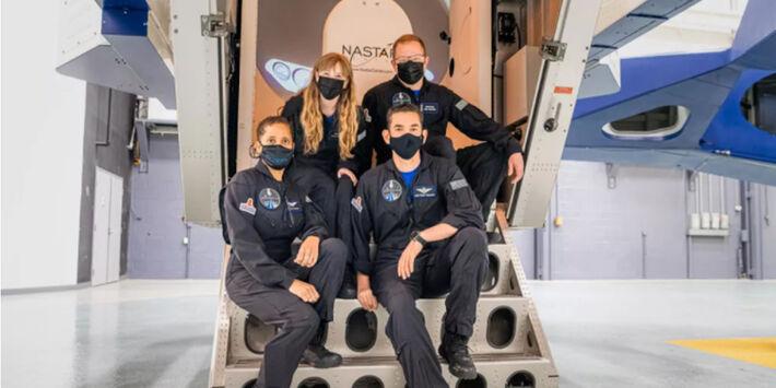 Empresário bilionário e Hayley Arcenaux (canto superior esquerdo), Chris Sembroski (canto superior direito) e Sian Proctor (canto inferior esquerdo) participam da missão.