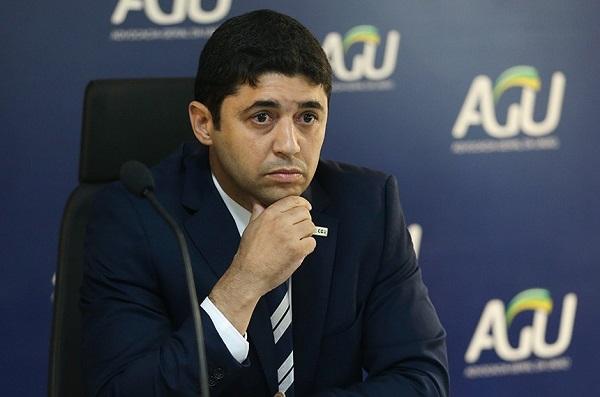 Ministro disse em rede social que Omar Aziz estava cometendo crime de calúnia ao chamá-lo de prevaricador