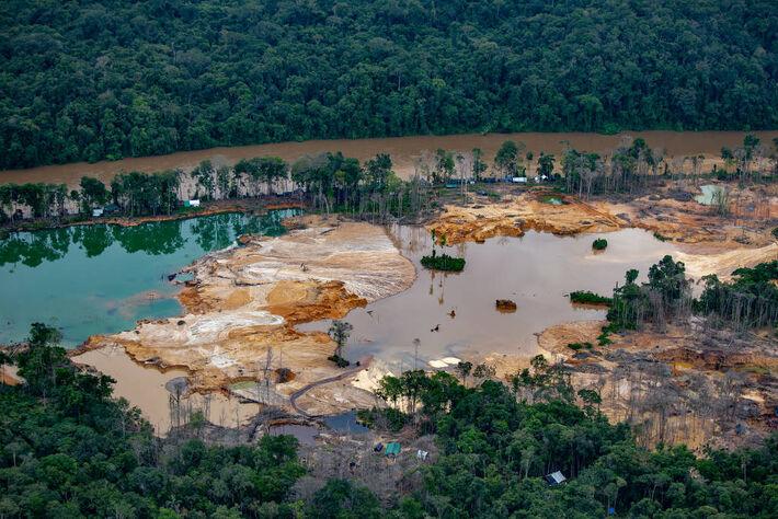Garimpo no rio Uraricoera, na Terra Indígena Yanomami - Christian Braga/Greenpeace