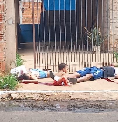 Bebê de 10 meses chora na calçada ao lado dos corpos dos pais. Foto: