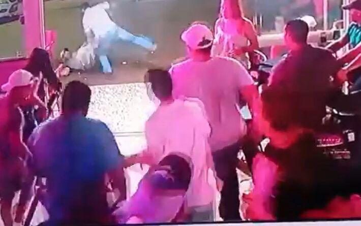 Homem leva surra após bater em mulher em bar de Santa Helena de Goiás. Foto: Reprodução