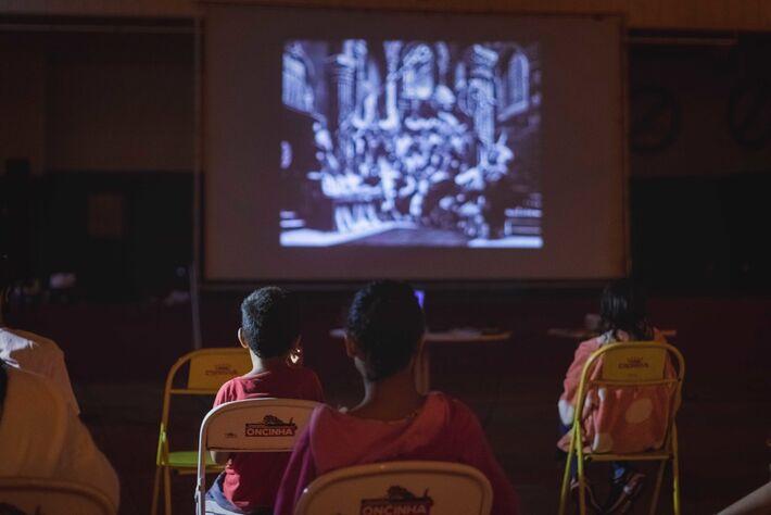 Público assistindo aos filmes no parque Tarsila do Amaral, no Jardim Anache. Foto: Divulgação