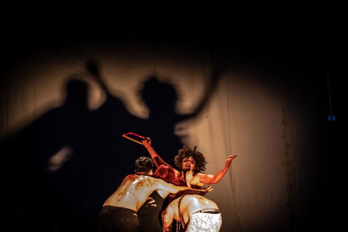 """Apresentação do espetáculo teatral """"Cérebro Edgar"""", no teatro Glauce Rocha, em Campo Grande."""