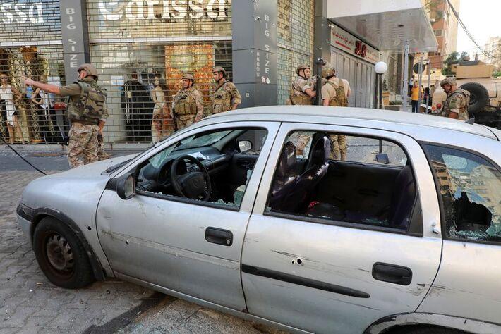 Vidros estilhaçados e destroços são vistos após o início de tiros em um local próximo a um protesto que estava acontecendo contra o juiz Tarek Bitar, que está investigando a explosão do porto do ano passado, em Beirute, Líbano, em 14 de outubro de 2021.
