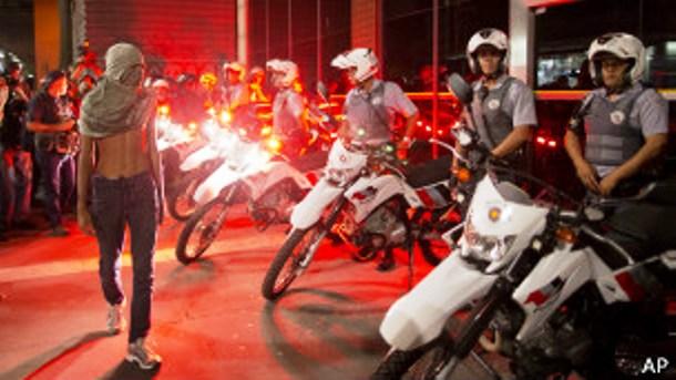 """</p> <p style=""""text-align: justify"""">Em uma tentativa de enfraquecer os protestos de grupos black blocs marcados para esta sexta-feira, a polícia paulista interrogou, listou e fotografou 65 dos 280 suspeitos detidos após participar de ações violentas dura"""