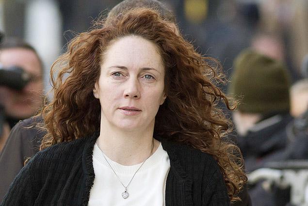 """<br />Ex-editora do """"The Sun"""", Rebekah Brooks chega a tribunal de Londres; ela também está entre as pessoas grampeadas por tabloide<br />Foto: Neil Hall/Reuters"""