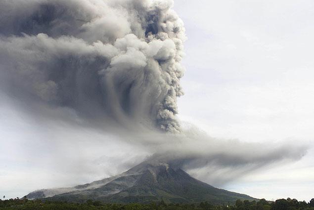 Grande coluna de fumaça é vista saindo do alto do vulcão Sinabung, no norte da ilha de Sumatra, na Indonésia, após erupção<br />Foto: Mafa Yuli Ramadani/Associated Press