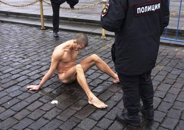 """</p> <p style=""""text-align: justify"""">A polícia russa abriu um processo contra o artista Piotr Pavlenski, que prendeu no domingo (10) os testículos entre os paralelepípedos da Praça Vermelha em protesto contra o Kremlin.</p> <p style=""""text-align: justify"""""""
