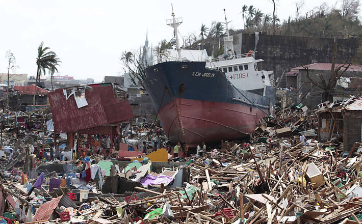 Navio foi parar sobre casas após passagem do supertufão Hayian pela cidade de Tacloban<br />Foto: Aaron Favila/Associated Press