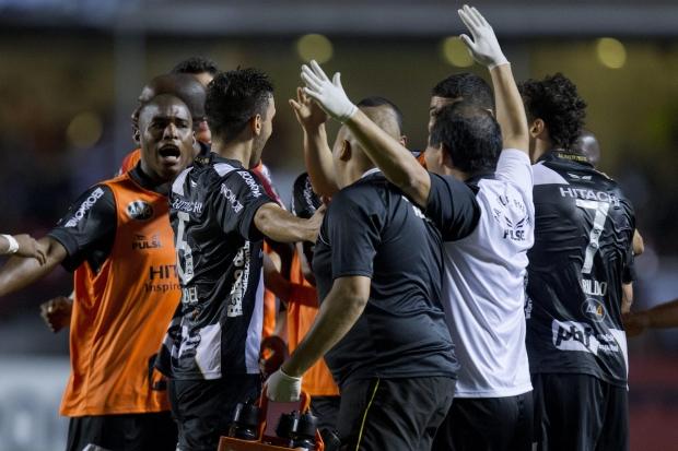 No segundo tempo, Leonardo e Uendel marcam e decretam a vitória da Ponte por 3 a 1 em pleno Morumbi<br />Foto: Sebastião Moreira/EFE