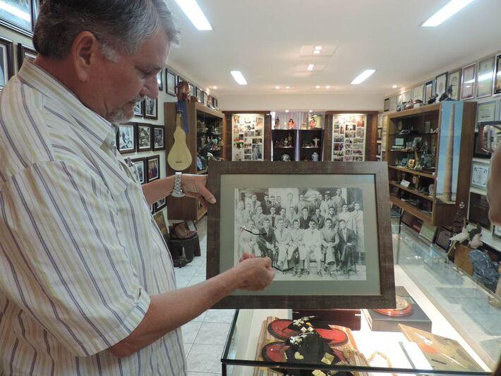 Vereador mostra foto que ganhou de embaixador argentino. No destaque, Che Guevara ainda jovem<br />Autor: Jhonathan Dias