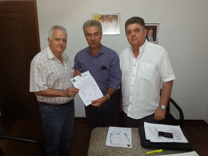 O tucano trouxe ofício assinado por oito vereadores aliados, dentre os quais, Adacildo de Oliveira Ferreira, também do PSDB. No documento, eles informam que a patrulha vai auxiliar os agricultores de Mundo Novo. Eles dizem ainda que o equipamento é im