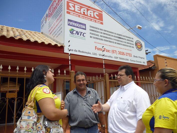 Estevão Rocha, presidente da Seaac/MS conversa com trabalhadores<br />Foto: Seaac