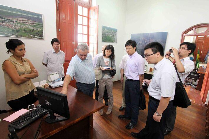 Investidores chineses e prefeito Heitor Miranda<br />Foto: Toninho Ruiz