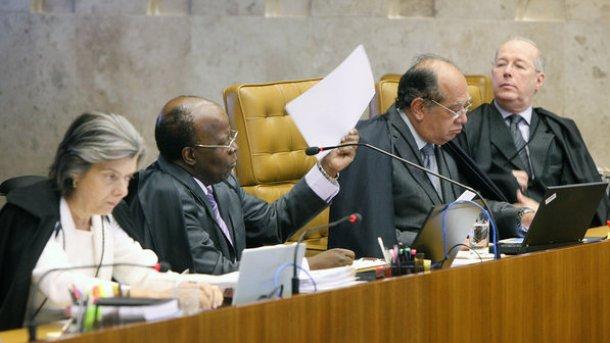 </p> A direção nacional do Partido dos Trabalhadores (PT), reunida nesta segunda-feira (18) em São Paulo, prepara medidas concretas em relação a forma como o presidente do Supremo Tribunal Federal (STF), ministro Joaquim Barbosa, executou a prisão dos co