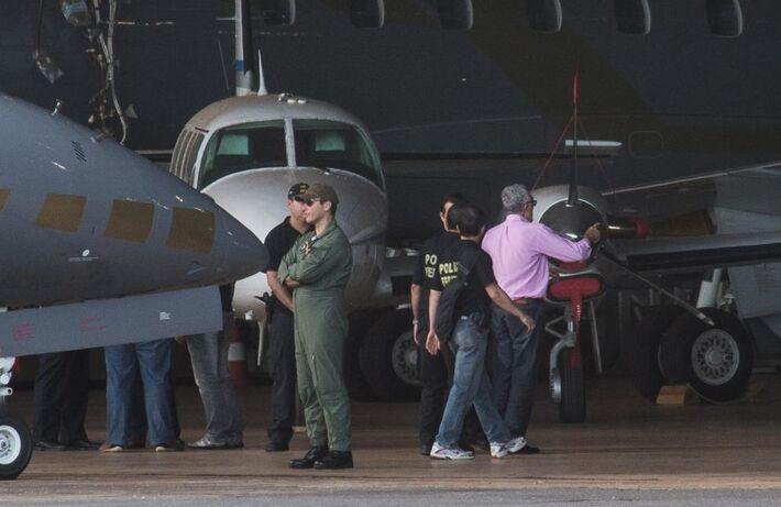 O ex-presidente do Partido dos Trabalhadores José Genoino chega a Brasília no avião da Polícia Federal<br />Foto: Marcello Casal Jr/Fotos Públicas