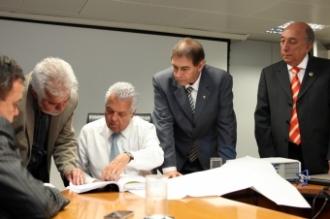 Participaram da reunião , O Prefeito, Alcides Bernal, Pedro Chaves, Semy Ferraz , Vander Loubet e o presidente da ANTT, Jorge Bastos.