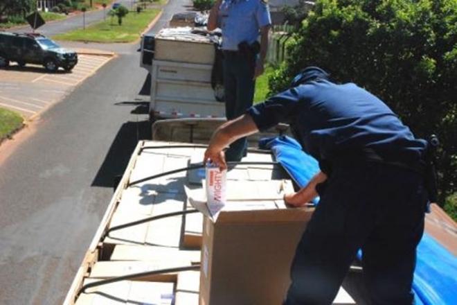 Na manhã desta quinta-feira, Policiais Militares de Naviraí, apreenderam três carretas carregadas com cigarros contrabandeados oriundos do Paraguai.  Após informações repassadas pela Agência Local de inteligência da Polícia Militar, inform