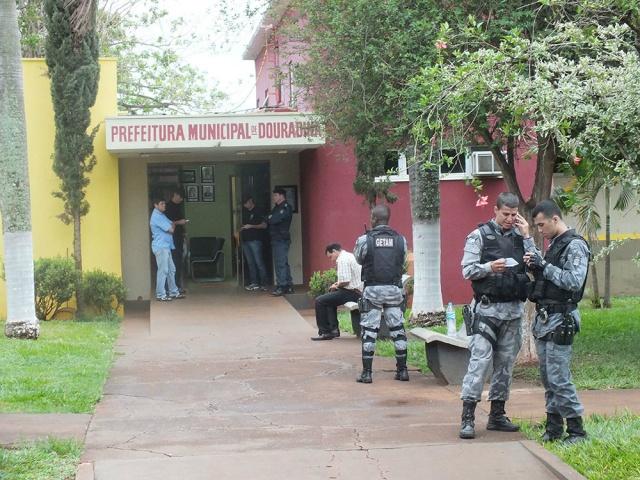 O GAQECO (Grupo de Atuação Especial de Combate ao Crime Organizado) está realizando desde o início da manhã na cidade de Douradina, a 200Km de Campo Grande, a Operação Pactum Sceleris que visa combater crimes de corrupção na Prefeitura da Cidade.  Estão