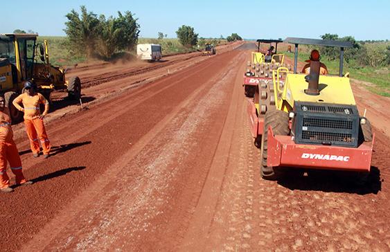 Partindo do munícipio de Santa Rita do Pardo, os lotes 9 e10 estão com os serviços de desmatamento, limpeza e de terraplenagem em andamento.  O governador André Puccinelli lembra que o objetivo é dar fim ao isolamento de famílias e comunidades que
