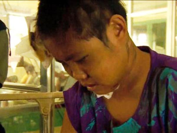 </p> Seis dias após a passagem do tufão Haiyan, que deixou para trás um rastro de destruição, a cidade filipina de Tacloban ainda luta para lidar com a devastação.  No hospital da cidade, faltam equipamentos básicos e remédios. Uma garota de 13 anos ch