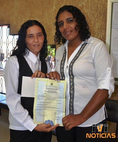 O primeiro casamento civil entre pessoas do mesmo sexo, em Ivinhema, a 284 km de Campo Grande, foi realizado na manhã ontem, por volta das 10 horas. Iara Vieira de Jesus de 33 anos, funcionaria pública e Maria Socorro Feitoza de 40 anos aux