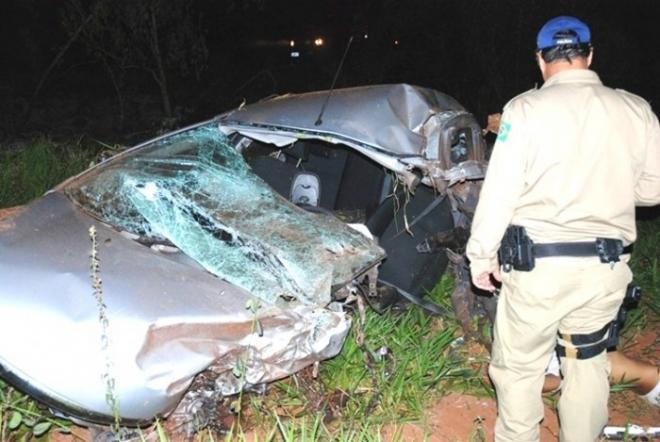 Após tentativa de ultrapassagem, carro bate em caminhão e motorista morre na BR-26.