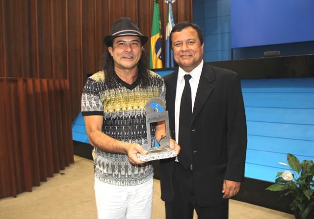O músico recebeu a homenagem das mãos do deputado Amarildo Cruz (PT)<br />Foto: Divulgação