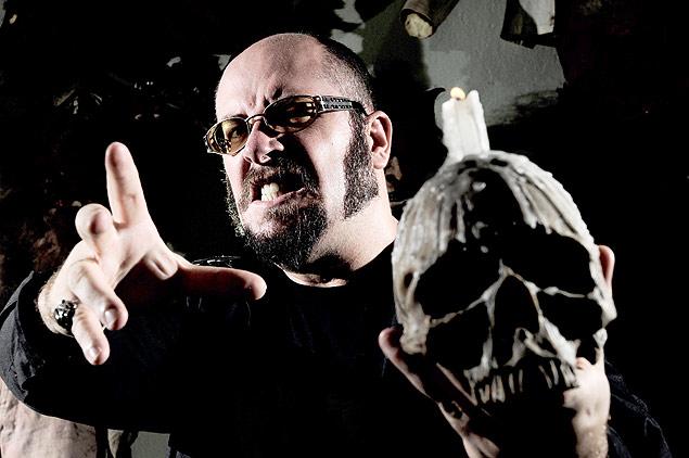 O cineasta Rodrigo Aragão, 36, em seu estúdio, em Guarapari (ES)<br />Foto: Divulgação