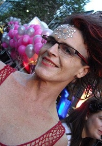 """O governo do Estado de New South Wales emitiu uma certidão de """"Gênero Não-Específico"""" a Norrie May-Welby. Isso significa que o governo não reconhece Norrie como homem ou mulher.</p> Norrie se considera andrógino e é ativista do grupo Sex and Gender Educa"""