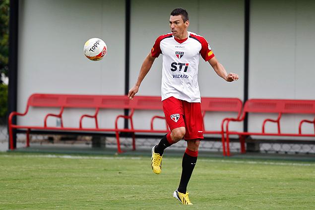 Lúcio se prepara para dominar a bola em treino no CT<br />Foto: Almeida Rocha/Folhapress