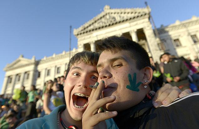 Ativista fuma cigarro de maconha em ato ao lado do Congresso uruguaio<br />Foto: Matilde Campodonico/Associated Press
