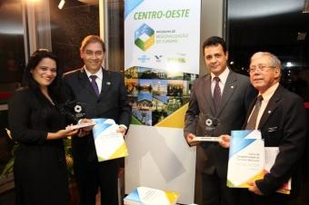 Prefeito recebe prêmio de cidade competitiva no turismo<br />Foto: Divulgação