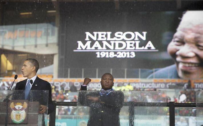 Homem apontado como falso intérprete de sinais gesticulou ao lado de Obama durante<br />Foto: Stephen Crowley/The New York Times