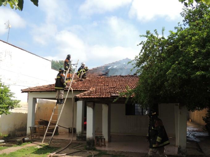 Dois cômodos e um banheiro foram completamente destruídos.<br />Foto: Celso Daniel/Rádio Caçula