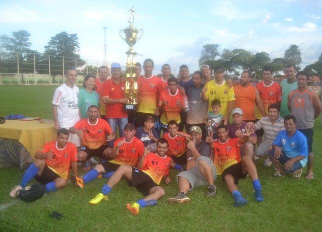 Prefeito Mário entregando troféu de campeão a equipe do Ouro Brasil<br />Foto: José Carlos