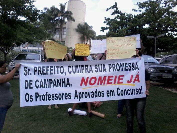 Professores manifestando em frente à Prefeitura Municipal<br />Foto: Diana Christie