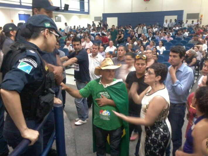 Ritva Viera se exalta com policiais militares<br />Foto: Heloísa Lazarini