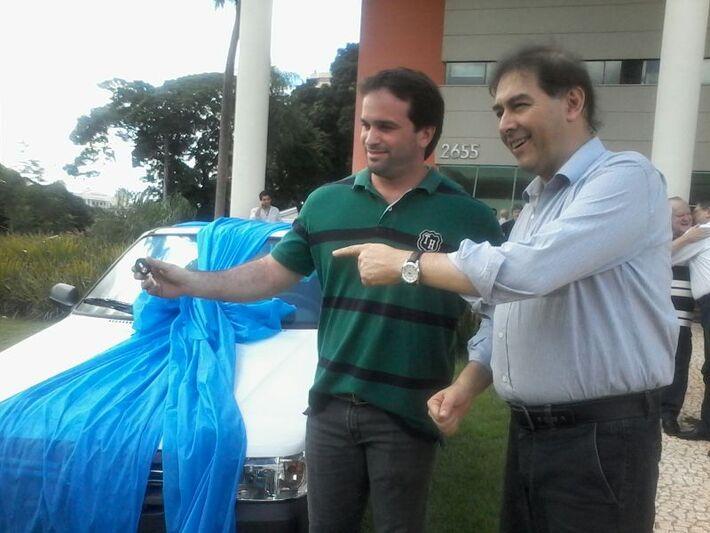 Igor Locatelli, representando seu pai, recebeu a chave do novo carro das mãos do prefeito Alcides Bernal<br />Foto: Heloísa Lazarini