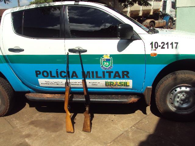 As armas não tinham registro e foram apreendidas, sendo uma espingarda calibre 22 e uma calibre 20.
