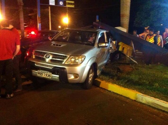 A situação do trânsito na Avenida Marcelino Pires ficou caótica por causa da destruição do semáforo.
